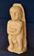 Temple gallo-romain de la forêt d'Halatte -  Ex-voto en pierre provenant du sanctuaire gallo-romain de la forêt d\'Halatte, près de Senlis: homme tenant un animal. Ce sanctuaire, consacré à une divinité guérisseuse non identifiée, a été bâti vers 50 + JC. On y a retrouvé plus de 350 ex-voto; les ex-voto en pierre étaient à l\'origine enduits et peints. Musée de Laon (exposition temporaire du fond du Musée de Senlis).