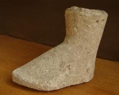Temple gallo-romain de la forêt d'Halatte -  Pied, ex-voto en pierre provenant du sanctuaire gallo-romain de la forêt d\'Halatte, près de Senlis. Ce sanctuaire, consacré à une divinité guérisseuse non identifiée, a été bâti vers 50 + JC. On y a retrouvé plus de 350 ex-voto; les ex-voto en pierre étaient à l\'origine enduits et peints. Musée de Laon (exposition temporaire du fond du Musée de Senlis).