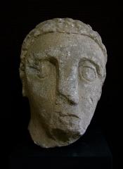 Temple gallo-romain de la forêt d'Halatte -  Ex-voto en pierre provenant du sanctuaire gallo-romain de la forêt d\'Halatte, près de Senlis. Ce sanctuaire, consacré à une divinité guérisseuse non identifiée, a été bâti vers 50 + JC. On y a retrouvé plus de 350 ex-voto; les ex-voto en pierre étaient à l\'origine enduits et peints. Musée de Laon (exposition temporaire du fond du Musée de Senlis).