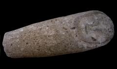 Temple gallo-romain de la forêt d'Halatte -  Ex-voto en pierre provenant du sanctuaire gallo-romain de la forêt d\'Halatte, près de Senlis: bébé emmailloté. Ce sanctuaire, consacré à une divinité guérisseuse non identifiée, a été bâti vers 50 + JC. On y a retrouvé plus de 350 ex-voto; les ex-voto en pierre étaient à l\'origine enduits et peints. Musée de Laon (exposition temporaire du fond du Musée de Senlis).
