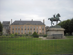 Statue de Neptune, située dans le jardin de l'Hôtel de Ville - English: The town hall's garden of Mortagne-au-Perche, Orne, France.