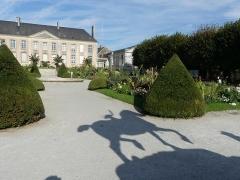 Statue de Neptune, située dans le jardin de l'Hôtel de Ville - Français:   Ombre et jardin de la mairie