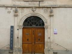 Maison Rudel du Miral -  Chauriat - Portail de la mairie avec symboles maçonniques avec textes en latin de Virgile et en français