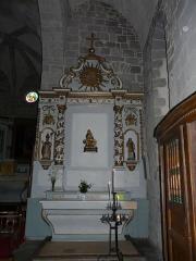 Château de Lord Davis - Autel latéral de l'église Notre-Dame, Tauves, Puy-de-Dôme, France. Autel dédié à la sainte Vierge mais dont les statues ne sont plus les mêmes.