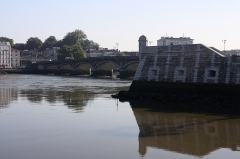 Ancien fort du Réduit de la place-forte de Bayonne - English:  At the confluence of river Adour and Nive, reconstruction on the same of a «watch tower», remains of the