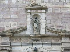Eglise Saint-Etienne - English: Statue of the Virgin on the south side of the church Saint-Étienne-de-Baïgorry (Pyrénées-Atlantiques, France). The text is: