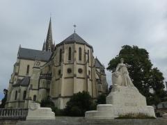 Eglise Saint-Martin -  Vista de l'església de Sant Martin i monument commemoratiu a Pau.
