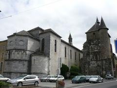 Ancien petit séminaire - Français:   L\'église Saint-Pierre, à droite, et la chapelle du petit séminaire, à gauche, de Saint-Pé-de-Bigorre (Hautes-Pyrénées, Midi-Pyrénées, France).