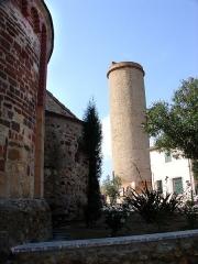 Tour de Château-Roussillon - Català: Castellrosselló (Perpinyà). Església i torre romàniques al costat de les quals foren descobertes les restes arqueològiques de la comanda hospitalera de Bajoles. Fot. 2004.