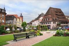 Ancien hôpital dit Maison du sel - à droite, la maison du sel dont la toiture est divisée en auvents sur le quai Anselmann à Wissembourg  La maison a été un hôpital (1448) puis un magasin de sel et un abattoir.  www.ot-wissembourg.fr/