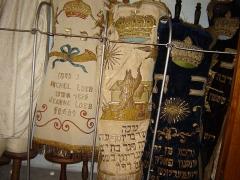 Synagogue - English: torah mantles (meil)