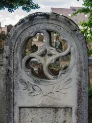 Cimetière juif de Koenigshoffen -  De nombreuses tombes comportent un attrait artistique.