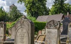Cimetière juif de Koenigshoffen -  Beaucoup de tombes sont  néanmoins en piteux états et sont dangereuses à approcher.
