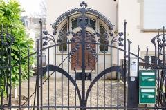 Villa dite Stempel -  Toujours des motifs végétaux pour cet atypique portail.