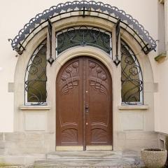Villa dite Stempel -  La porte est sculptée d'un motif végétal comme beaucoup d'oeuvre d'art nouveau.