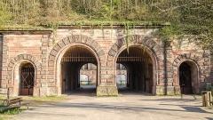 Fortifications allemandes, front nord et nord-ouest -  Rénover en 2008, cette porte ouvre sur un parc avec un canal de l\'Ill où jardins, flores, animaux urbains et de patrimoine militaire.