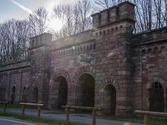 Fortifications allemandes, front nord et nord-ouest -  Cette porte de la Ville servait de porte de secours en cas d\'évacuation, les familles avaient des lors que 6H pour se préparer et évacuer.