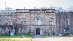 Fortifications allemandes, front nord et nord-ouest -  Ancienne fortification construit par les prussiens après avoir récupéré l\'Alsace. Il fut transformer en centre de transmissions au fil du temps. Et depuis 2003 a totalement changer de fonction en servant comme lieu d\'ateliers municipaux aux Artistes.