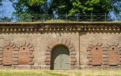 Fortifications allemandes, front nord et nord-ouest -  Dernière trace de l'ancienne enceinte nord de la ville. Ces murs totalement désuet cache pour autant la forêt qu'est l'extension de l'école militaire voisine.