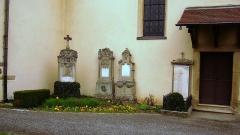 Eglise catholique Saints-Philippe-et-Jacques -  Tombes des anciens curés d'Obermorschwihr situées à côté de l'église