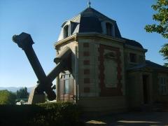 Observatoire - Français:   En 1684, le correspondant lyonnais de CASSINI, Jean de Saint-Bonnet, avait fait aménager un observatoire dans le Collège de la Trinité (actuel Lycée Ampère). En 1867, cet observatoire est transféré dans une aile du Palais Saint-Pierre et Charles ANDRE (1842-1912) en est le directeur.