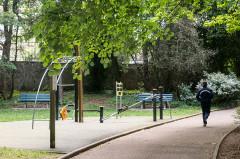 Ancienne propriété Gillet - English: Exercise equipment and jogger
