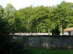 Fontaine-lavoir et cimetière - English: Round cemetary of Pennesière (Haute-Saône, France)