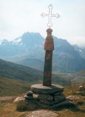 Eglise, cimetière, ancienne mairie, chapelles, croix et oratoire - English: Iron cross on the Col de la Croix de Fer
