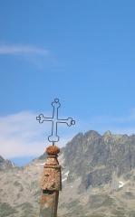 Eglise, cimetière, ancienne mairie, chapelles, croix et oratoire - Deutsch: Eisenkreuz auf Passhöhe Col de la Croix de Fer