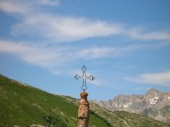 Eglise, cimetière, ancienne mairie, chapelles, croix et oratoire -  Col de la Croix de Fer: Gipfelkreuz