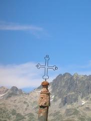 Eglise, cimetière, ancienne mairie, chapelles, croix et oratoire -  Gipfelkreuz Col de la Croix de Fer