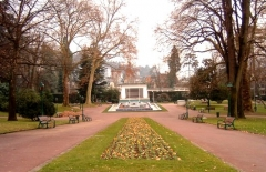 Parc thermal -  Parc floral des Thermes en centre ville d'Aix-les-Bains en France dans le département de la savoie. On voit en fond le parc ainsi que son théâtre de verdure et sa fontaine marocaine hommage aux négociations pour l'indépendance du Maroc qui eurent lieu à Aix-les-Bains.