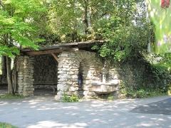 Jardin botanique alpin dit La Jaysinia - English: Huts over the ruins of the castle of Samoëns at the top of the botanical garden of la Jaÿsinia (Haute-Savoie, France).