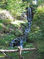 Jardin botanique alpin dit La Jaysinia - English: Waterfall in the botanical garden of la Jaÿsinia in Samoëns (Haute-Savoie, France).
