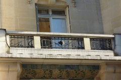Immeuble (Siège de la Semeuse de Paris) - Deutsch: Ehemaliges Gebäude von La Semeuse de Paris, 16, rue du Louvre/rue Bailleul im 1. Arrondissement von Paris, 1912 von dem Architekten Frantz Jourdain für Ernest Cognacq errichtet, Balkongitter