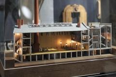Hôtel et usine de la Société des Cendres - Deutsch: Ehemaliges Gebäude der Société des Cendres in der Rue des Francs-Bourgeois Nr. 39 im 4. Arrondissement in Paris, in dem seit 2014 ein Modegeschäft eingerichtet ist; Museum im Unterschoss des Geschäftes: Modell der ehemaligen Fabrik