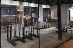 Hôtel et usine de la Société des Cendres - Deutsch: Ehemaliges Gebäude der Société des Cendres in der Rue des Francs-Bourgeois Nr. 39 im 4. Arrondissement in Paris, in dem seit 2014 ein Modegeschäft eingerichtet ist; Museum im Unterschoss des Geschäftes