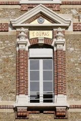 Collège Sainte-Barbe - English: Window of the interior court of the Collège Sainte-Barbe, Paris, bearing the name of earl Christian Dumas.