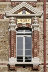 Collège Sainte-Barbe - English: Window of the interior court of the Collège Sainte-Barbe, Paris, bearing the name of alumnus Gustave Froment.