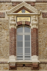 Collège Sainte-Barbe - English: Window of the interior court of the Collège Sainte-Barbe, Paris, bearing the name of alumnus Claude Delaigue.
