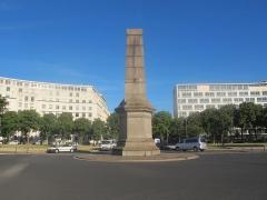 Ancien Ministère de la Marine Marchande - Français:   Monument aux morts au centre de la place de Fontenoy (Paris).