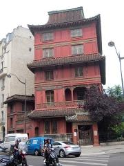 """Immeuble dit """"La Pagode Rouge"""" ou galerie CTLoo & Cie -  Le caractère original de la Maison Loo est qu'elle n'est en aucun cas un bâtiment religieux, mais simplement le résultat de l'amour d'un homme pour son pays d'origine – la Chine – et de sa volonté de le partager avec son pays d'adoption – la France."""