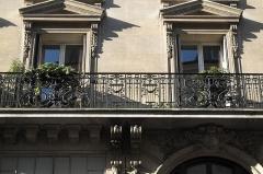 Immeuble - Deutsch: Gebäude in der Rue du Faubourg-Poissonnière n° 53 im 9. Arrondissement in Paris, 1886 von dem Architekten A. FOLIOT-SINVAL erbaut, Fassadendetail