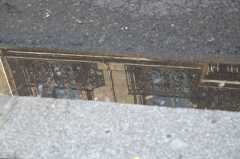 Immeuble - Deutsch: Gebäude in der Rue du Faubourg-Poissonnière n° 53 im 9. Arrondissement in Paris, 1886 von dem Architekten A. FOLIOT-SINVAL erbaut, Balkone, Reflexion im Rinnstein