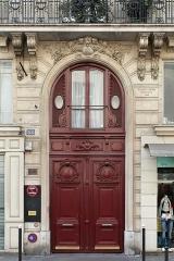 Immeuble - Français:   Rue du Faubourg-Poissonnière (Paris). Porte cochère du numéro 53, entre-sol habité, clef sculptée, chronogramme sur le premier voussoir de droite: «A. FOLIOT-SINVAL Architecte 1886».