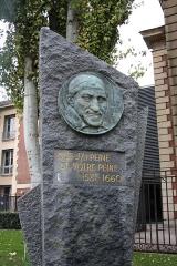 Ancienne prison Saint-Lazare, devenue hôpital Saint-Lazare - Deutsch: Gedenkstein für Vinzenz von Paul vor dem ehemaligen Gefängnis Saint-Lazare in Paris