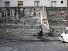 Ancienne prison Saint-Lazare, devenue hôpital Saint-Lazare - Français:   Vestige d\'un mur de la maison Saint-Lazare
