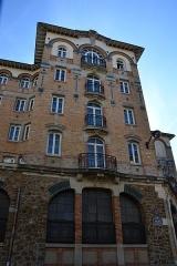 Palais de la Femme -  rue de Charonne, Paris 11 Construit en 1910 pour la fondation Groupe des Maisons Ouvrières (financée par Madame Amicie Lebaudy), le  bâtiment servait d'hôtel populaire pour hommes célibataires. Le foyer se vide en 1914, quand ces hommes célibataires sont mobilisés pour la Première Guerre mondiale. Le bâtiment se transforme alors en hôpital de guerre. Puis de 1919 à 1924, le ministère des Pensions y installe ses bureaux.  L'immeuble a été acheté par l'Armée du salut en 1926 pour  y loger des femmes (logement social privé, loyers de 430 euros par mois pour 10 m2, en 2011)