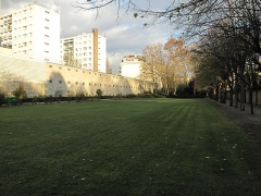 Cimetière de Picpus et ancien couvent des chanoinesses de Picpus - English: Green area in the Picpus cemetery, Paris 12th arr., France. The graves are farther on the right.
