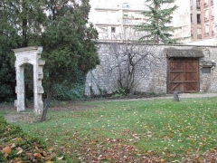 Cimetière de Picpus et ancien couvent des chanoinesses de Picpus - English: Ovverview of the ruined door of the chapel, of the four stones showing the place of the commun grave #3 and of the horse carriage gate. Cemetery of Picpus, Paris 12th arr., France
